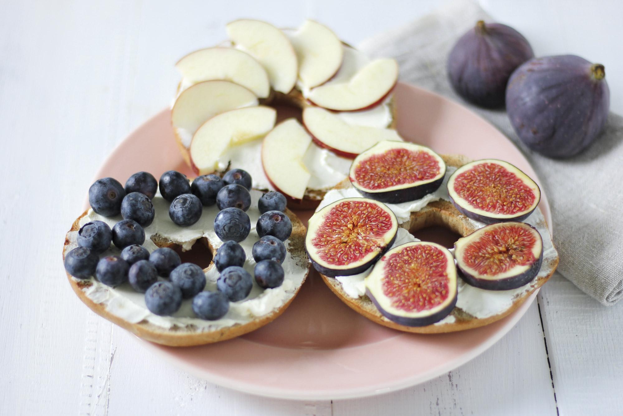 Kanel Rosin bagel med frisk frugt